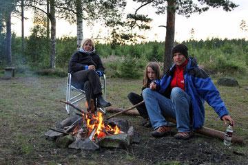 Natürlich darf auch heute ein Lagerfeuer nicht fehlen, denn wenn die Sonne weg ist, kann es schon ganz schön kalt werden...