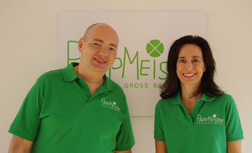 Eva und Thomas vor dem PappMeister-Logo
