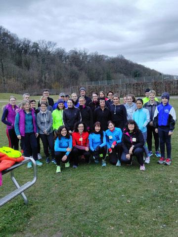 Motivierte Laufeinsteiger  mit ihrem Betreuerteam