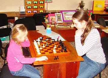 Соня Скляр и Аня Потапова участвуют в шахматном турнире