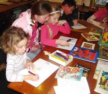Саша  и Соня со своей мамой за любимым занятием - рисованием