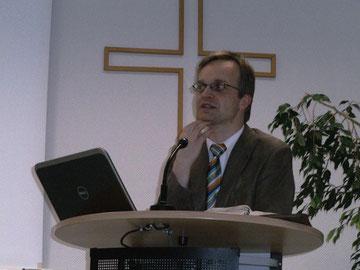 Dr. Walter Hilbrands (FTH Gießen) bei den Bibeltagen im Haus der Gemeinschaft