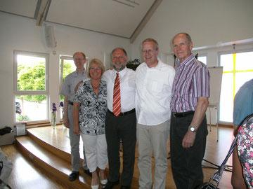 Verabschiedung von Pastor Markus Neitzel 2013: Conny und Markus Neitzel mit dem Weidenhäuser Vorstand