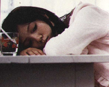 Aoi Miyazaki (Hachiko) nel film con il bicchiere