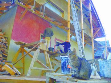 un crépi de couleur pour la nouvelle maison de Longo maï en Ukraine
