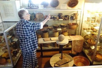 Frau Ursula Richter führt Teilnehmer der 55. Kurztagung durch die Keramikabteilung