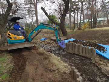 数年前に作られた小川の漏水が酷く、川床コンクリート撤去後に防水シートと砂を敷き直す工事です。
