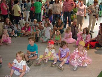 """Im Weltuntergangswetter zum Märchenfest nach Wiesmoor. Erste Zuschauer warten schon, bis """"Rumpelstilzchen"""" anfängt."""