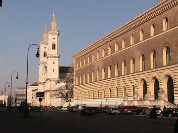 Ludwigsstraße mit Staatsbibliothek und Ludwigskirche
