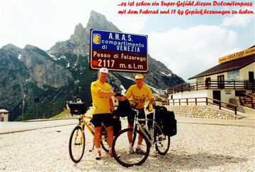 1. Tour de Lourdes: Peter Reicher und Richard Schier am Falzarego in den Dolomiten am 19.5.1997