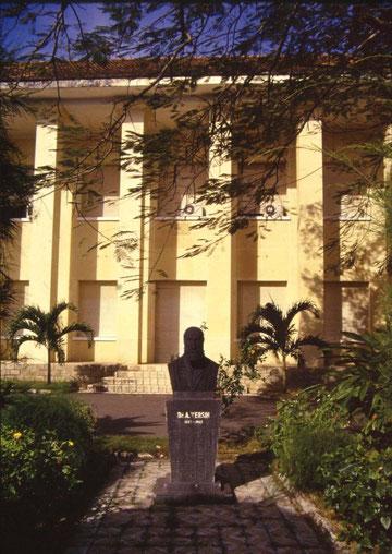 Statue du Dr Alexandre Yersin devant            l'Institut Pasteur de Nha Trang