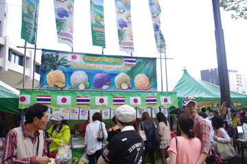 遠目からだとちょっとわかりずらいですが、アイスクリームのお店でしょうか。日本とタイの国旗がとても印象的。