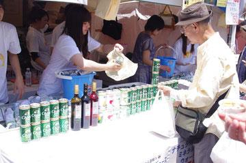タイ直輸入のお酒がいっぱい。タイのお酒が飛ぶように売れる光景。「第14回 タイ・フェスティバル2013年 東京・代々木」の会場写真