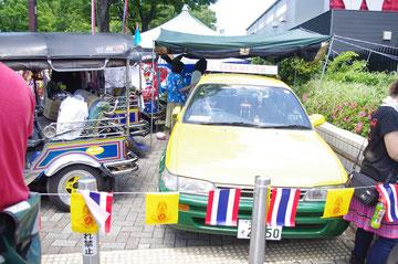 「!?」 バンコクで見かけるグリーンと黄色のツートンカラーのタクシーとTUKTUKを発見。本物が日本で見られるのは、ものすごい不思議な感じ。