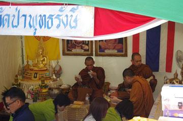 タイのお寺のタイフェス会場ブース。タイ人のお坊さんと仏像。タイのお寺の雰囲気「第14回 タイ・フェスティバル2013年 東京・代々木」の会場写真