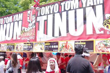 インパクトのある看板です。ムエタイ・キックボクシングのイラスト。ティーヌン 東京・トムヤム。「第14回 タイ・フェスティバル2013年 東京・代々木」の会場写真