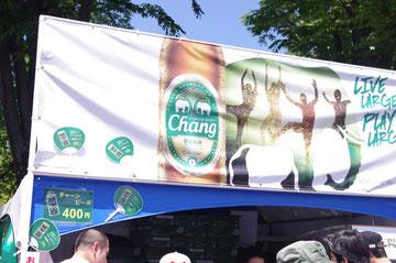 会場にあふれるチャーンビール販売ブースの出店屋台の写真。「第14回 タイ・フェスティバル2013年 東京・代々木」の会場写真
