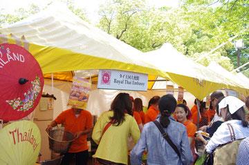 民芸品の傘。チェンマイのボーサンというエリアのもの?「第14回 タイ・フェスティバル2013年 東京・代々木」の会場写真