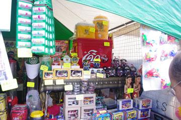タイ雑貨がいっぱい。いいですね、TUKTUKのミニチュアとかお部屋に飾りたい。