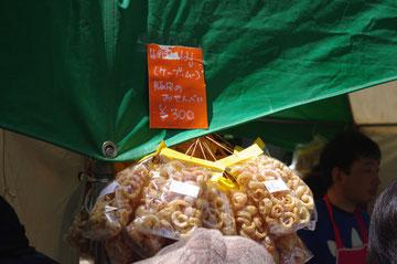 タイフェスティバルのお土産にも最適な、確か豚の皮を揚げたスナック。ビールのおつまみにも最高。タイ出張時にも買って食べていました。ケープ・ムーという食べ物なんですね