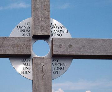 Detail Gipfelkreuz mit mehrsprachiger Umschrift: das alle eins  seien