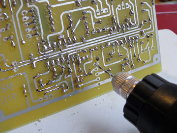 Avant de souder les connecteurs il faut agrandir les trous avec une mèche de 1mn. J'utilise une petite perceuse à main Velleman trés bon marché.