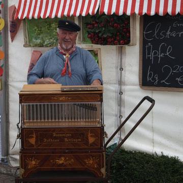 Pausen Horst Ingwersen mit seiner Drehorgel