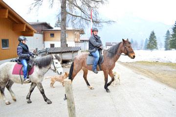 Das Glück der Teenager-Tochter liegt hundertprozentig auf dem Rücken eines Pferdes. Ausritt mit Alexandra Entner