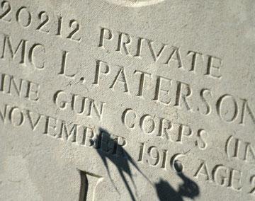 """Sépulture visible dans le petit cimetière à côté de la ravine en """"Y"""""""