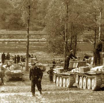 Suite à la destruction des ponts, le génie mettra jusqu'au 14, au soir, pour rendre la Meuse à nouveau franchissable à des Panzers de 38 tonnes... (1940)