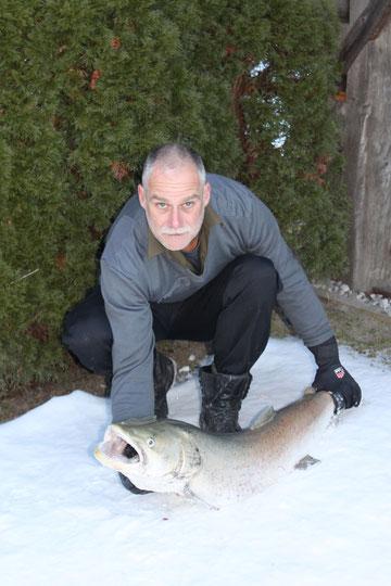 Erich Ronacher hat diesen Huchen im Jänner 2012 vom Gailfluss gezogen.