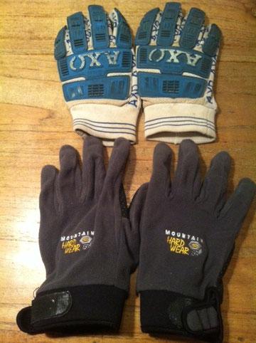 上はモトクロス用グローブ(70年代のビンテージ)、下は登山用グローブのインナー(高知はコレで十分)この二つを格好によって使い分けてます。 モトクロス用は7~8年使ってるので味でまくり!山の手袋はインナーと言っても単品で使用可能で薄く手も温か! 冬の必需品。