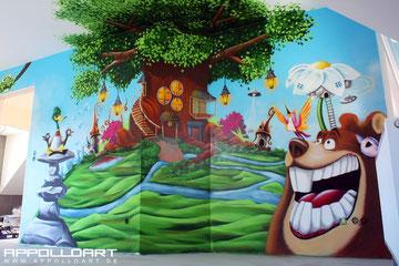 Graffitikünstler gestalten Kinderzimmerwand mit Airbrush