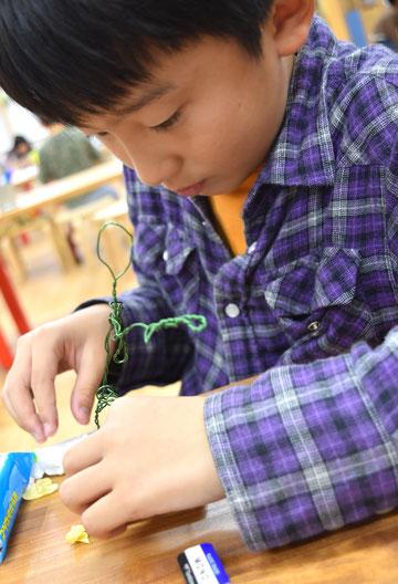 えふでクラスは針金で芯をつくり、その周りに粘土をつけていきました。