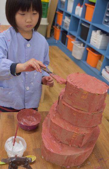 粘土クリームに自分のすきな絵の具をまぜて、ぬりぬり。この子のケーキはなんと4段!