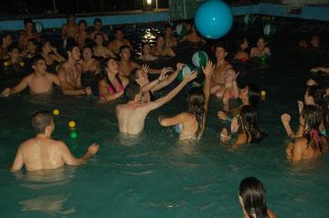 Juego nocturno en la piscina