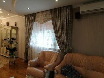 Гостиная, совмещенная со столовой в современном стиле.