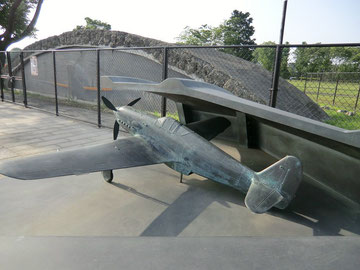 俺体壕と戦闘機のモニュメント