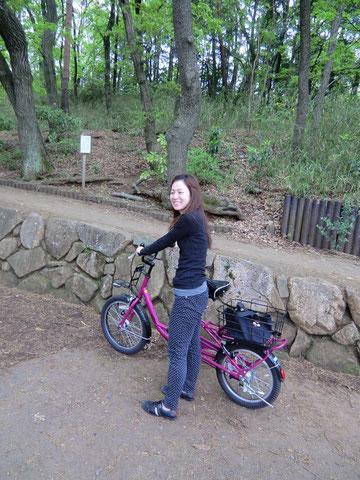 多磨霊園の26区に到着。同じように山登りに来た人に遭遇しました。パソコンでデザインのお仕事をされている方。疲れると気分転換に自転車であちこち出かけるそうです
