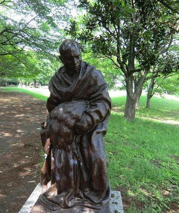 さらに道の隣の公園にもブロンズ像が!歩きながら美術鑑賞までできるなんて。驚きました!!