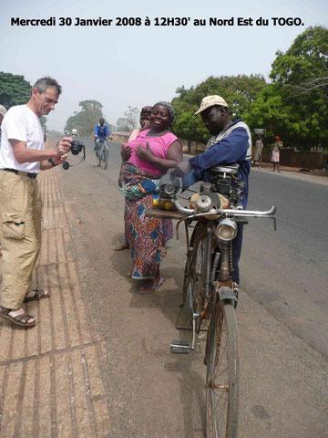 Affûteur ambulant entre Sokodé et Atakpamé au Togo. 440 KO.