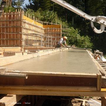 テラスも張り出し仕様にしています.コンクリート打設後コテで水平生を確保しながら均します.