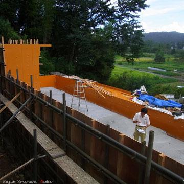 9月17日ベタ基礎の捨てコンクリートが施工され型枠を組み始めます
