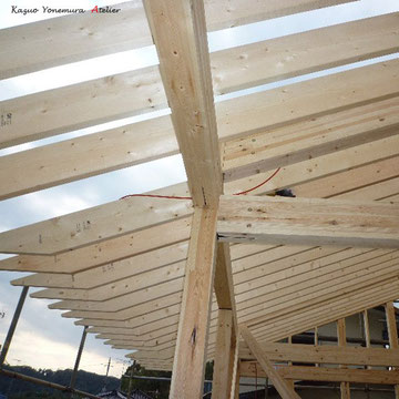 B棟屋根に垂木(たるき)を施工しています.垂木はこのまま意匠(インテリア)として見せる設計です.