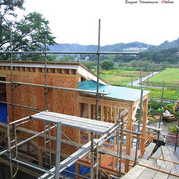 10月15日.外壁に構造用合板を施工し始めています.B棟は最上段の道路からと下の段からのアプローチと2方向からのアプローチが出来ます.(玄関は2つ)