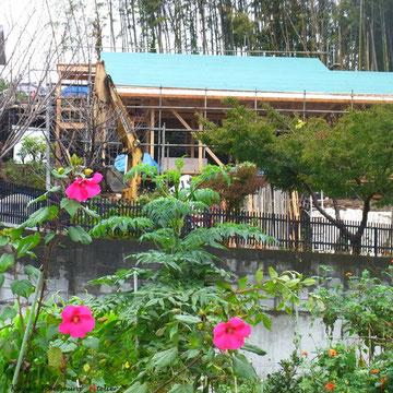 10月15日B棟の屋根ルーフィング(防水シート)施工しています.写真は一番下の崖下の農地から