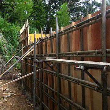 崖側は東京都の安全条例により,もし崖が崩れてきてもいいように建物を鉄筋コンクリートの壁で守ります.木造建築とは思えない型枠です.