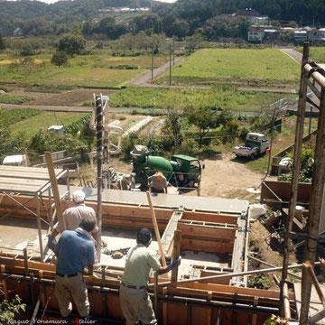9月29日コンクリート打設が始まりました.下の敷地に生コン者を入れてポンプアップして打設します.