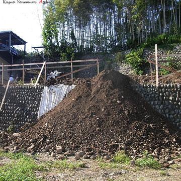 上の段にB棟(子世帯)の家が建ちます.基礎を作るために掘った土を敷地から出します.2段目の崖は約3mの高さ,深基礎のため残土処分量もこのように大量です