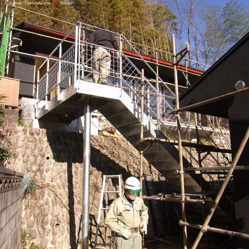 A棟、B棟をつなぐ階段の施工、高さ約3mの鉄骨階段を既存の石垣に負担を与えずに計画をしています